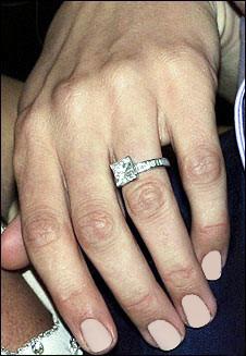 """کی از موفقترین تبلیغات در قرن بیستم، تبلیغات گسترده شرکت تولید و فروش الماس """"دوبییرز"""" بود. این تبلیغات توانست چندین نسل از زنان و مردان را متقاعد سازد که تنها نماد قابل قبول برای رسمیت دادن به یک نامزدی حلقه الماس است."""